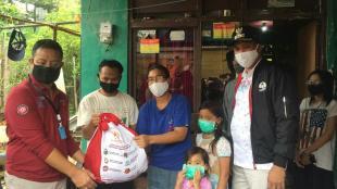 Mensos RI Bersama Wakil Wali Kota Bekasi Serahkan Bantuan Kepada Warga Kota Bekasi, Sabtu 9/5/2020 (dok. KM)