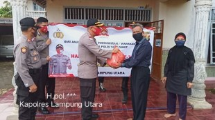 Kapolres Lampung Utara memberikan bantuan kepada purnawirawan Polri di wilayahnya (dok. Humas Polres Lampung Utara/KM)