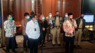 Menteri ATR/Kepala BPN Sofyan Djalil dan Gubernur Jawa Barat Ridwan Kamil beserta para Bupati dan Walikota kawasan Jabodetabek-Punjur saat konferensi pers, Senin 27/7/2020 (dok. KM)