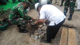 Bupati Bangka Selatan Justiar Noer didampingi Brigjen M. Jangkung Widyanto meletakkan batu pertama kantor Makodim 045 di Toboali, bangka Selatan, Rabu 23/9/2020 (dok. KM)