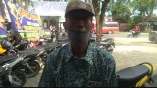 Mw (46), penerima BPUM di Tanjungbalai yang sempat ditolak dicairkan uang bansos nya oleh bank penyalur, Rabu 30/12/2020 (dok. KM)