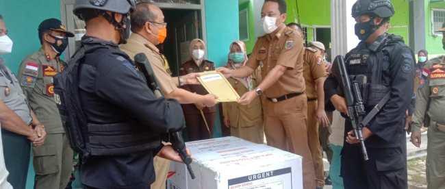Sekda Kabupaten Lampung Utara menerima kiriman vaksin covid-19, Senin 25/1/2021 (dok. KM)