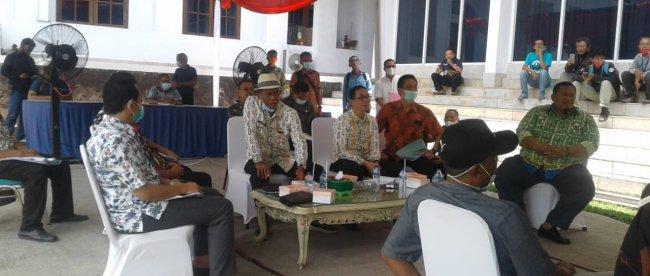 Bupati Subang didatangi para kepala desa di rumah dinasnya, Kamis 25/3/2021 (dok. KM)