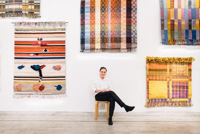 Josefin Gäfvert framför några av de mattor hon just nu ställer ut på HV Galleri i Stockholm, utställningen heter Försöka bli. (Foto Dennis Liljebäck)