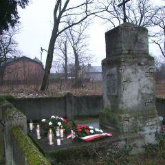 Kwiaty i znicze pod pomnikiem powstańców w Kamieńczyku