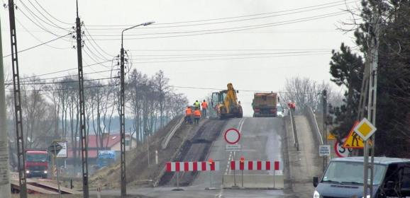 Utrudnienia na trasie z Radzymina do Wołomina. Rozbierają wiadukt na ul. Wołomińskiej!