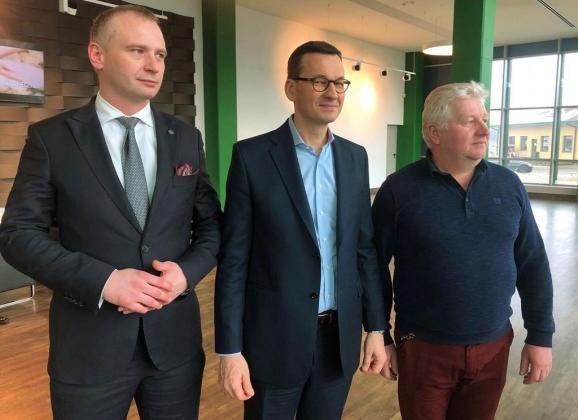 Premier Morawiecki odwiedził gminę Dąbrówka! – Szef Rządu spotkał się z pracownikami Piekarni Szwajcarskiej w Małopolu