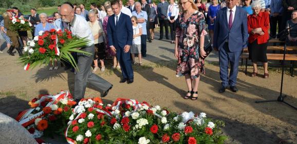 Uroczystość odsłonięcia tablicy pamiątkowej w Skłodach-Piotrowicach