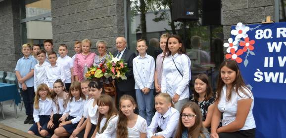 """Inauguracja projektu """"Przerwany marsz…"""" podczas rozpoczęcia nowego roku szkolnego w """"Stalowej Jedynce"""""""