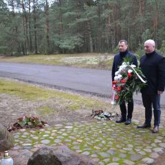 """Złożenie kwiatów pod pomnikiem """"Wolności i Solidarności'' w Rudnikach"""