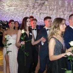 Studniówka w I LO im. C.K Norwida w Wyszkowie z czerwonym dywanem i gwiazdami