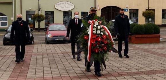 Kwiaty od samorządowców i odsłonięcie tablicy pamiątkowej w Dębem