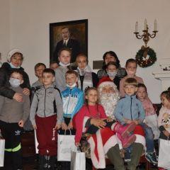 Prezenty od Świętego Mikołaja dla najmłodszych repatriantów