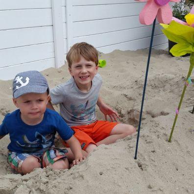 Bas en Dries zetten het strand in bloei ©Sara Heyrinck