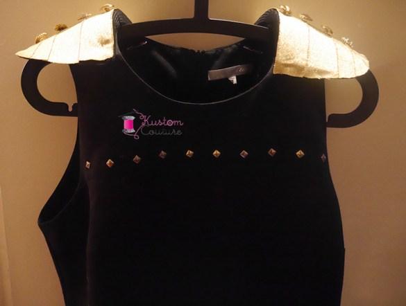 Customiser une robe noire avec des épaulettes dorées   Kustom Couture