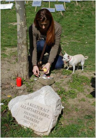 VI. Hagyományőrző felvonulás a kulturált állattartás jegyében - Mécsesgyújtás az emlékhelynél (Fotó: Sági Tamás)