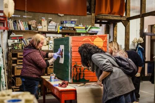 A résztvevők lelkesen festették a kutyaházakat