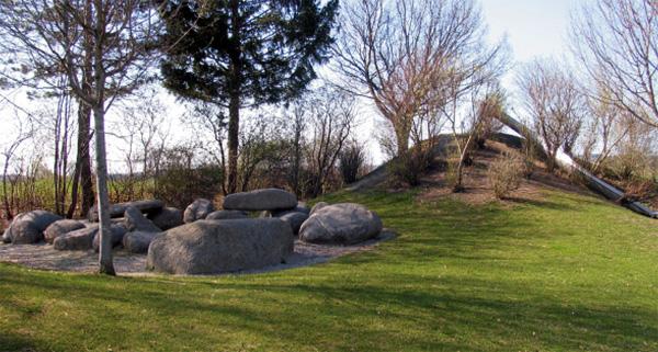 Erweiterung des Pausenhofes durch große Klettersteine und eine neue Rutsche - 2002