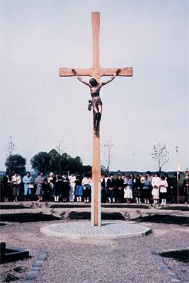 Segnung des neuen Friedhofkreuzes durch Pfarrer Anton Scherer - 1983