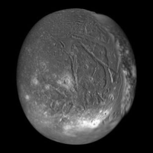 De Uranusmaan Ariël die op 24 oktober 1851 werd ontdekt door William Lassell