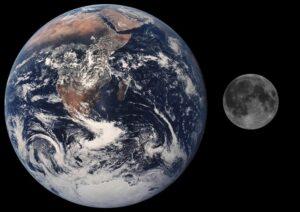 De Maan De Maan is het enige hemellichaam dat we 's nachts heel gemakkelijk kunnen waarnemen. Dat wil zeggen als de Maan er is. De Maan is 's nachts prominent aanwezig tot ze soms enige nachten niet zichtbaar is. Het ritme van de maanfases begeleidt de mensheid al vele millennia. Zo zijn de kalendermaanden ongeveer gelijk aan de tijd die nodig is om van de ene naar de andere Volle Maan te komen. De fases van de Maan en de baan van de Maan leidden in het verleden tot veel vragen. Zo zien we bijvoorbeeld altijd dezelfde zijde van de Maan. Dit komt omdat de Maan in zowel 27,3 dagen om zijn as draait als om de Aarde. We zien of de Volle Maan, Halve Maan of geen maan (Nieuwe Maan) doordat de Maan het zonlicht reflecteert. Hoeveel we van de Maan zien is afhankelijk van de positie van de Maan ten opzichte van de Aarde en de Zon. Hoewel de Maan een satelliet is van de Aarde is ze met een diameter van 3475 kilometer groter dan Pluto (er zijn nog vier andere manen in ons zonnestelsel die nog groter zijn). De Maan is 27% van de grootte van de Aarde. Deze verhouding van ongeveer 1:4 is veel kleiner dan bij de andere planeten en hun manen. Dit betekent dat de Maan een grote invloed uitoefent op onze planeet en er mogelijk mede voor verantwoordelijk is dat er hier leven is. Hoe is de Maan ontstaan? De leidende theorie over het ontstaan van de Maan is dat ze is gevormd uit een grote inslag op Aarde. Hierbij werd genoeg materiaal de ruimte in geslingerd om de Maan te vormen. Deze inslag zou hebben plaatsgevonden toen de Aarde nog grotendeels gesmolten was. Het object dat op de Aarde insloeg had ongeveer een massa van 10% van de Aarde. De Aarde en de Maan hebben dezelfde samenstelling. Wetenschappers leidden hieruit af dat deze inslag ongeveer 95 miljoen jaar na het ontstaan van de Aarde moet hebben plaatsgevonden. Alhoewel de inslagtheorie de meest gangbare theorie is is er een discussie gaande waarin men stelt dat de Maan ook kan zijn ontstaan doordat twee kleinere manen met elkaa