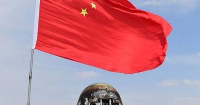 De nieuwe Chinese ruimtecapsule kort na de landing in Binnen-Mongolië