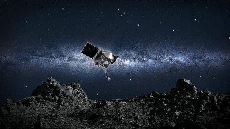 Artist impression van de OSIRIS-REx van de NASA die afdaalt naar het oppervlak van de asteroïde Bennu.