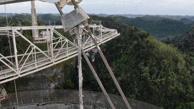 Arecibo radiotelescoop met slechte kabel