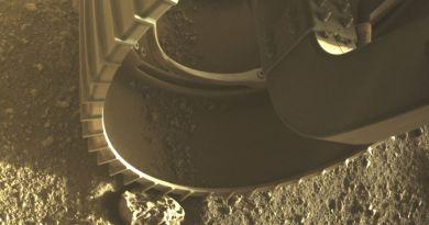 Een van de zes wielen van de Perseverance rover