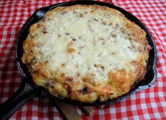 Omlet od starog hleba, sira i pržene slanine