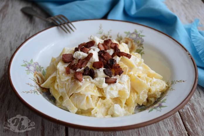 Testenina sa feta sirom i prženom slaninom - Túrós csusza varijanta