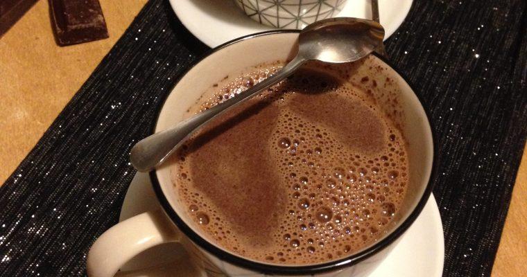 Topla čokolada sa mlekom i rumom