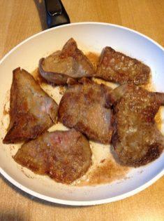 4. U dublji tiganj sipati ulje, ili staviti mast i ugrejati na srednju temperaturu, pa staviti džigericu da se peče. Čim donja strana porumeni okrenuti i onda smanjiti temperaturu. Za vreme pečenja treba okretati nekoliko puta da se ravnomerno peče sa obe strane. Peći oko 10-15 minuta, a dužina pečenja zavisi od debljine, tanji komadi će biti brže gotovi.