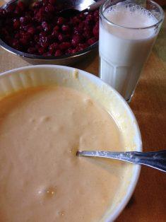 2. U žumanca dodati šećer i vanilin šećer, pa penasto umutiti. Zatim dodati brašno i oko 3 dl mleka oduzetog od ukupne količine mleka. Sve fino umutiti mikserom.