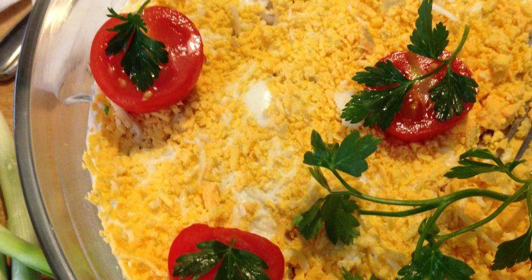 Fina i kremasta mimoza salata sa mladim crnim lukom