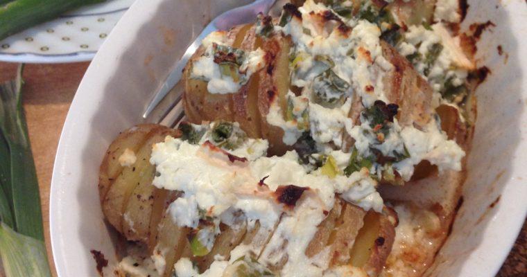 U ljusci pečen krompir iz rerne sa sirom i mladim crnim lukom