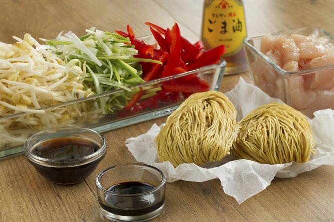 chow mein, fideos chinos fritos, fideos fritos con pollo, ccocina china, cocina asiática