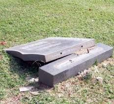 Die kopstuk van hierdie grafsteen in die Thabazimbi Begraafplaas is deur kinders wat daar gespeel het, omgestoot.