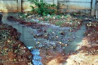 'n Gat is onder die muur van 'n erf in Krombekstraat gemaak sodat rioolwater kan dreineer na 13e Laan se kant toe. Rioolwater het hierdie erf vir twee dae bedek.