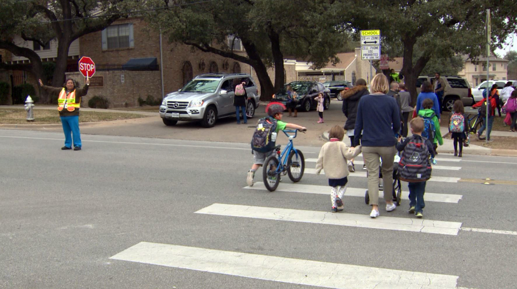 Crossing guard and children_239915