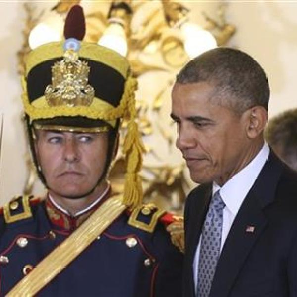 An honor guard looks at U.S. President Barack Obama as he enters the government house in Buenos Aires, Argentina, Wednesday, March 23, 2016. Ob_261633