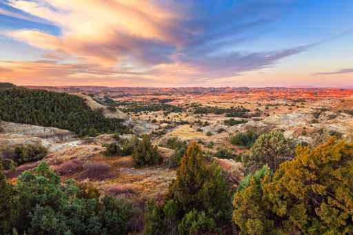Sunrise over Theodore Roosevelt National Park, North Dakota_1555445160416