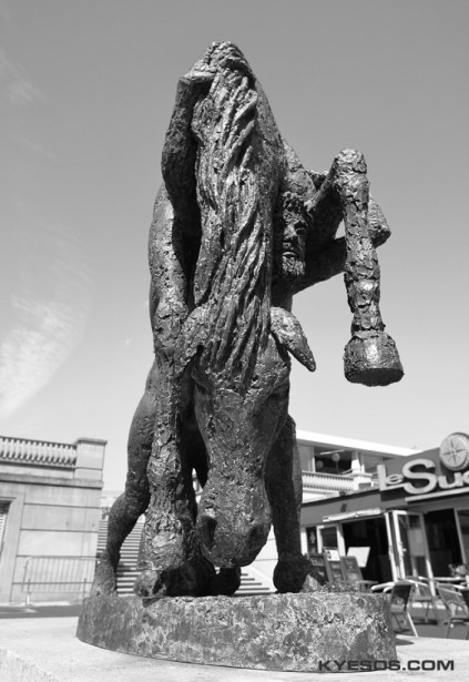 statue of man carrying horse in montpellier by kyesos