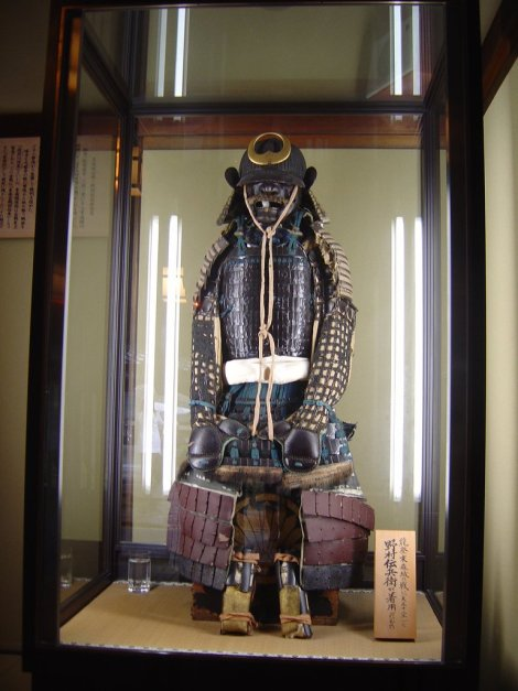 Armor_at_the_Front_of_the_Nomura_Samurai_House