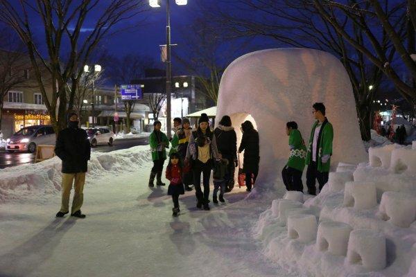visitors_at_the_yokote_kamakura_festival