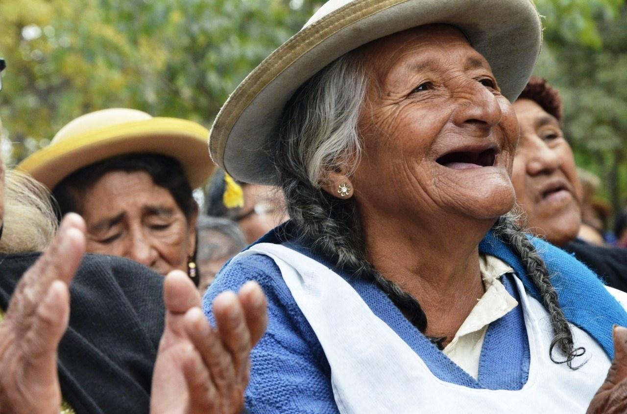 adulto-mayor-abuelita-sonriendo