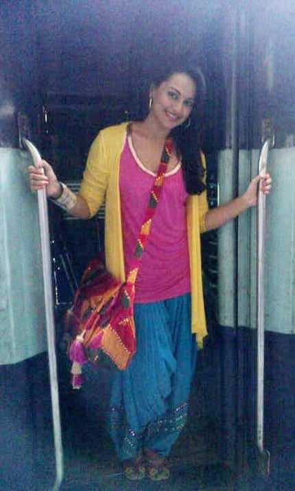 Style décontracté: Actrice Sonakshi Sinha porte le patiala avec un T-Shirt