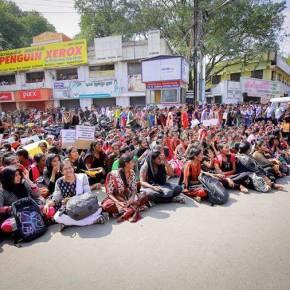 Des étudiantes manifestent pour le maintien du jallikattu à Madurai.