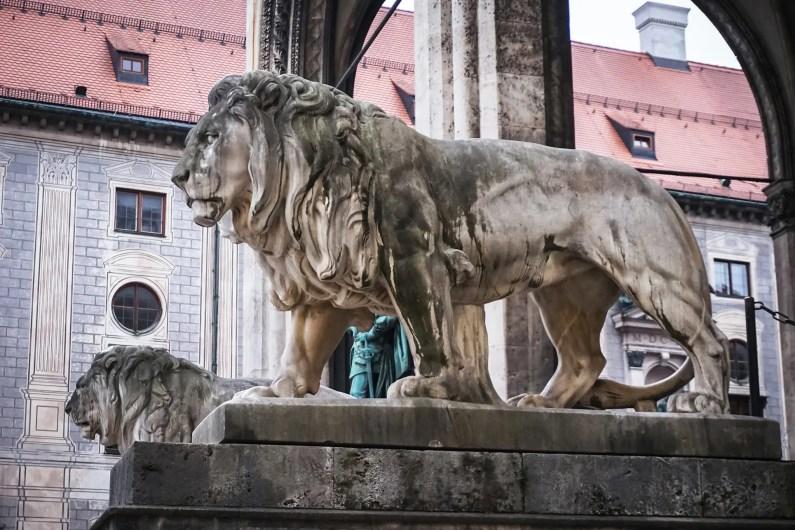 bavière en hiver statue lion