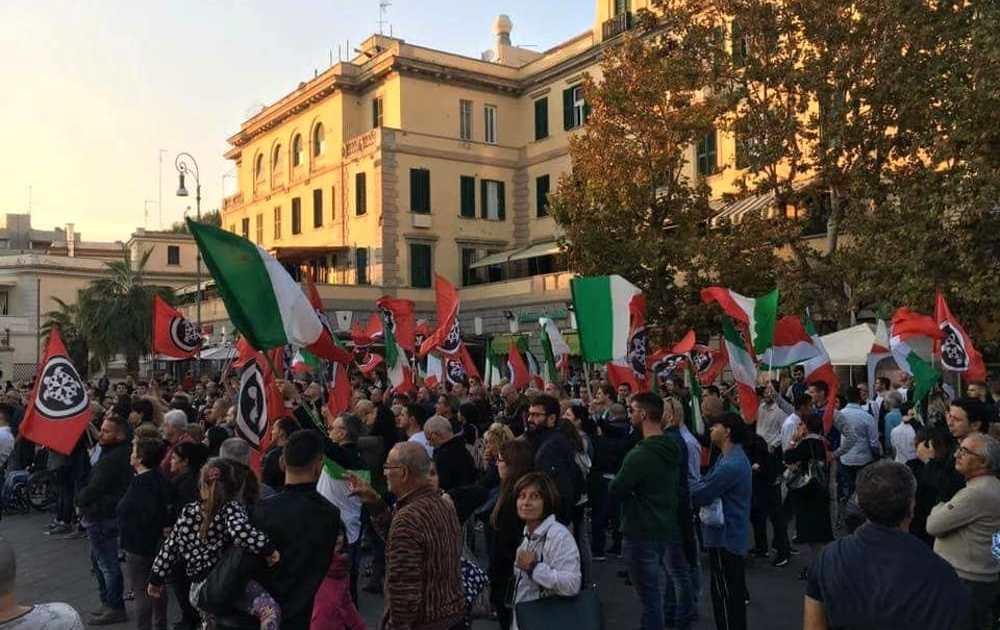 """< img src=""""https://www.la-notizia.net/fascisti"""" alt=""""fascisti"""""""